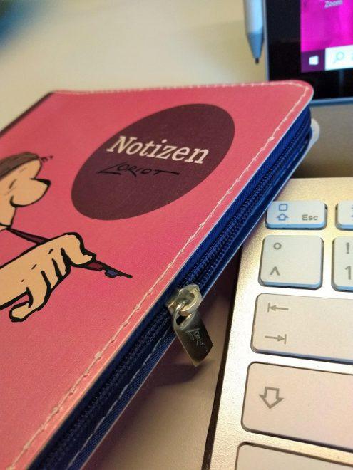 Nahaufnahme der Seite des Notizbuches mit einem Reißverschluss