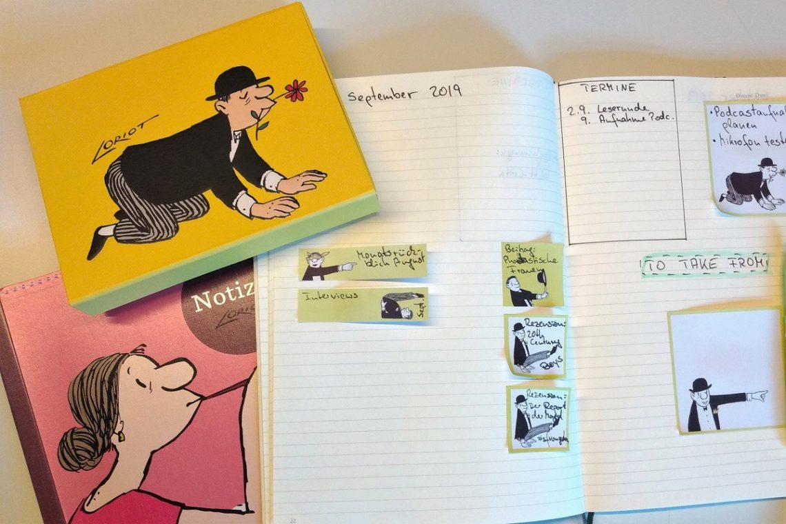 Notizbuch, Haftnotizzettelbox und Notizbuch mit eingeklebten Zetteln