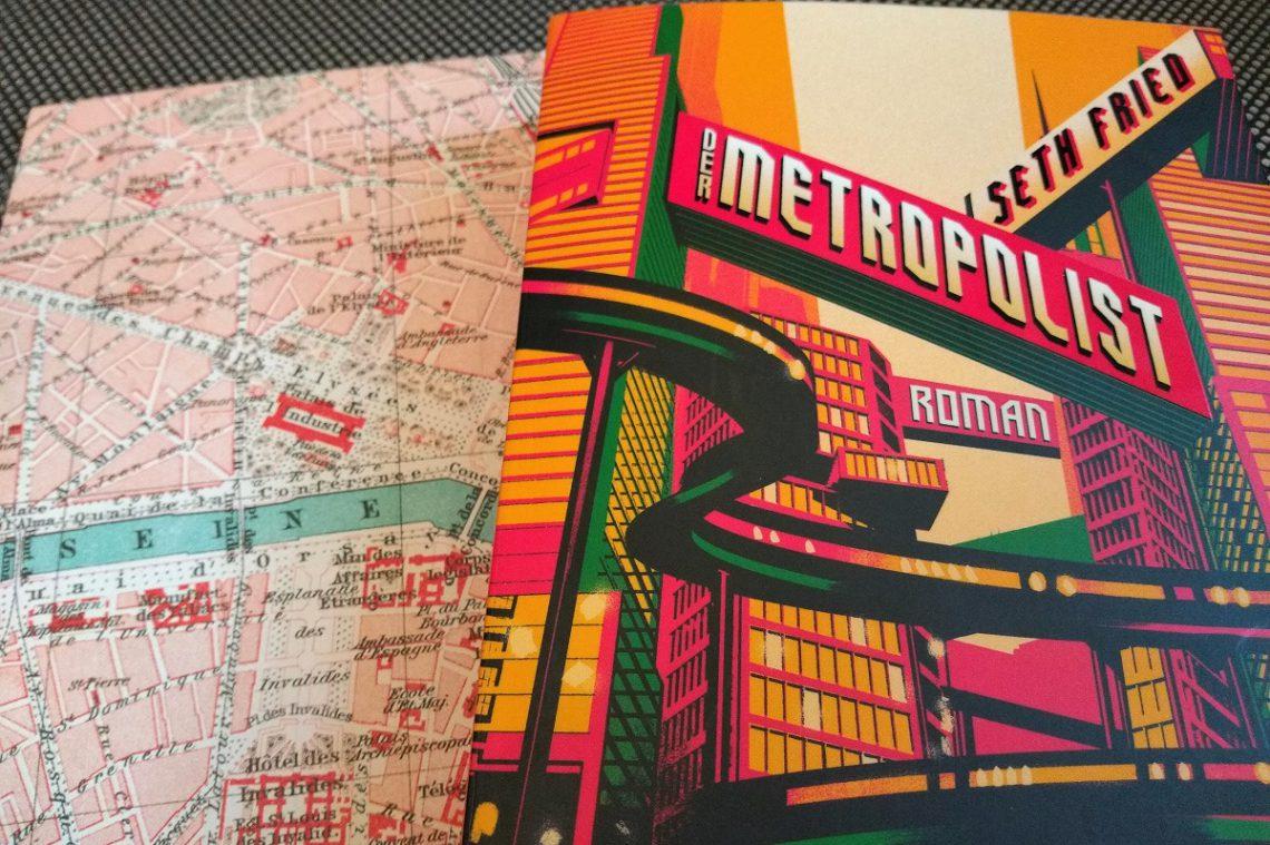 Buch vor einem Stadtplan