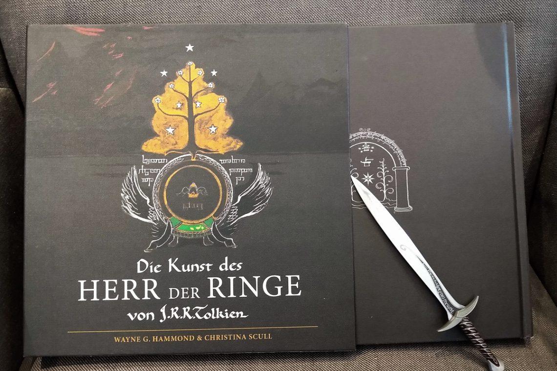 Schuber mit Illustration und halb herausragendem Buch, darauf eine Miniatur von Stich