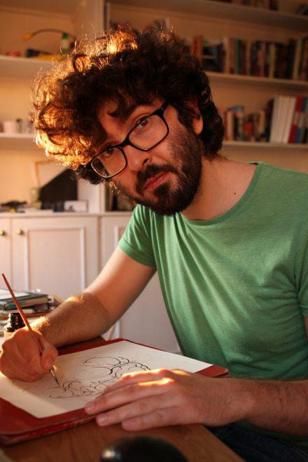 Autorenfoto, Mann mit Bart in einem grünen T-Shirt zeichnend