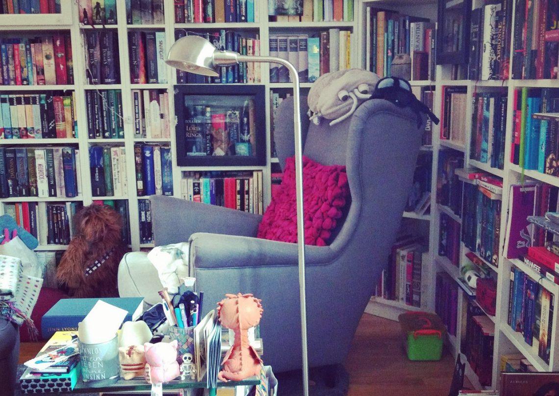 Lesesessel in einer Bücherecke