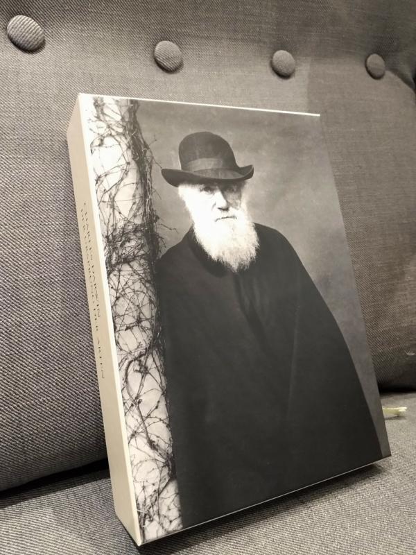 Rückseite des Schubers zeigt eine Fotografie von Charles Darwin