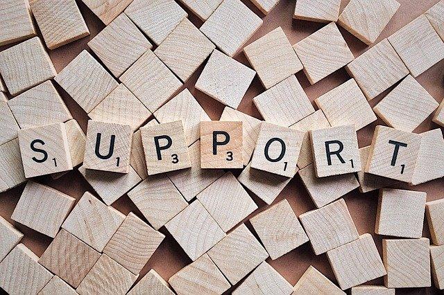 Support aus Scrabblesteinen gesetzt