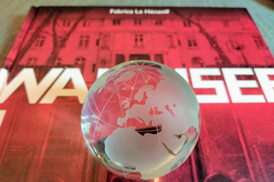 Comic und davor ein kleiner Globus aus Glas