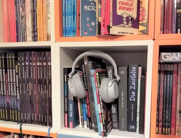 Regal mit Comics, darüber ein Kopfhörer