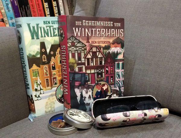 Beide Bücher Winterhaus 1 + 2 nebeneinander, davor eine Brille