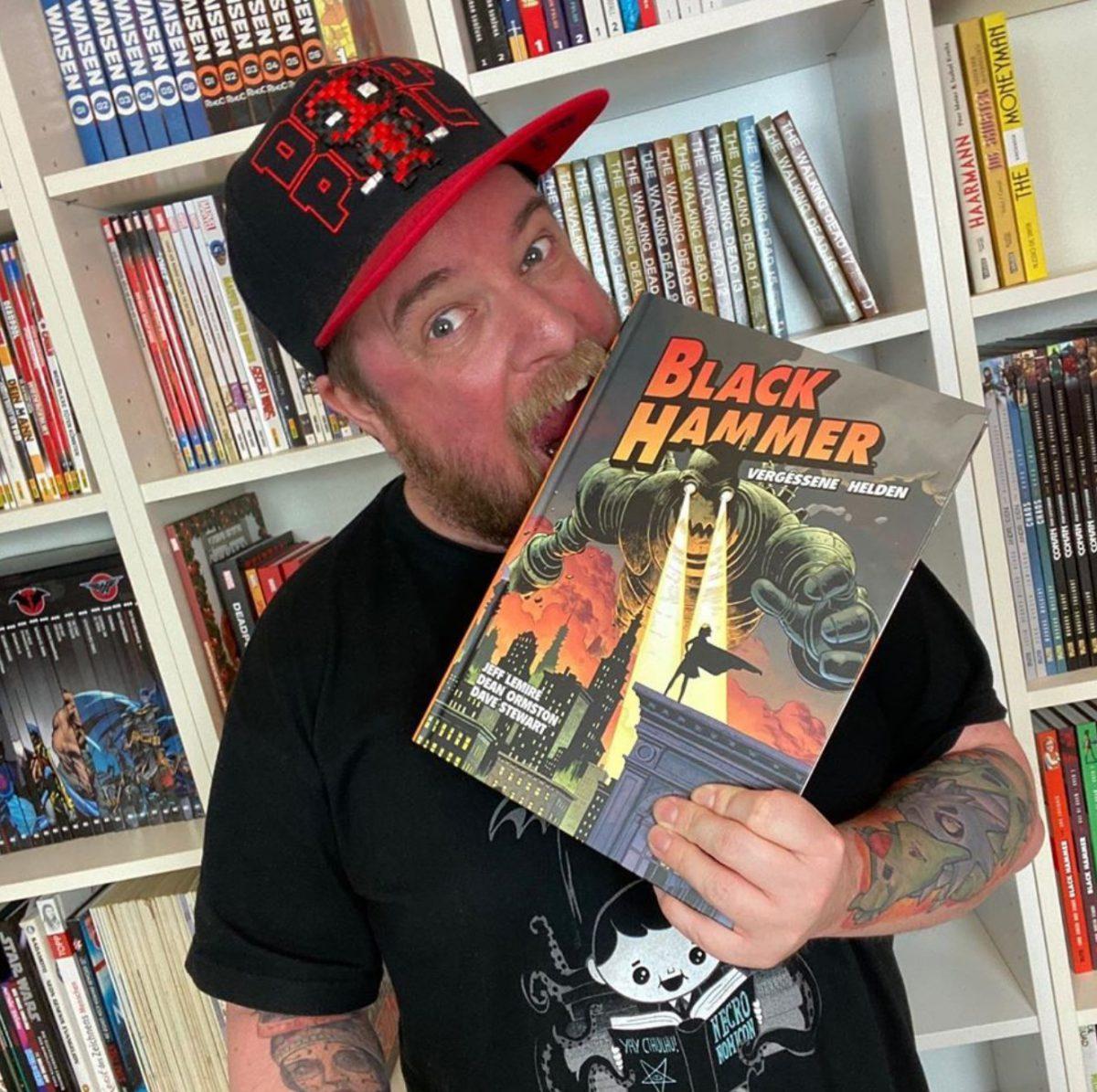 Stephan beißt in einen Black Hammer-Comic