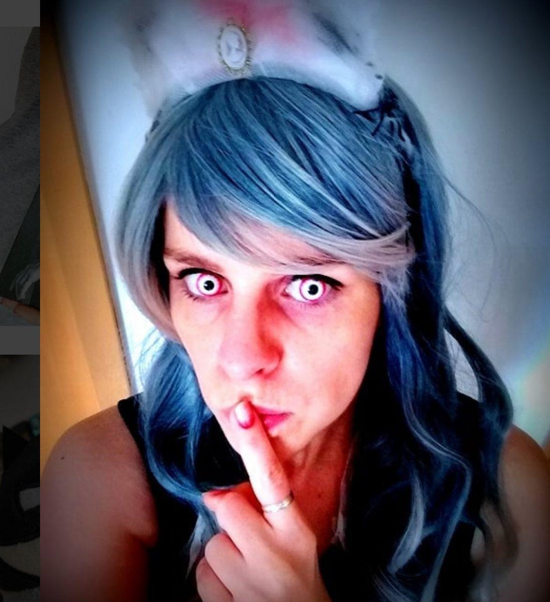 Christin mit farbigen Kontaktlinsen und blauen Haaren