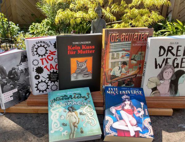 7 Bücher vor einem Gartenhintergrund