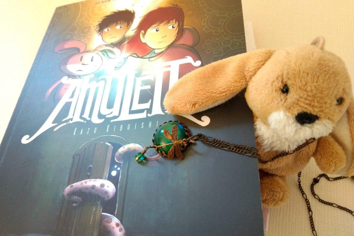 Comic und daneben ein kleiner Plüschhase mit einem Amulett um den Hals