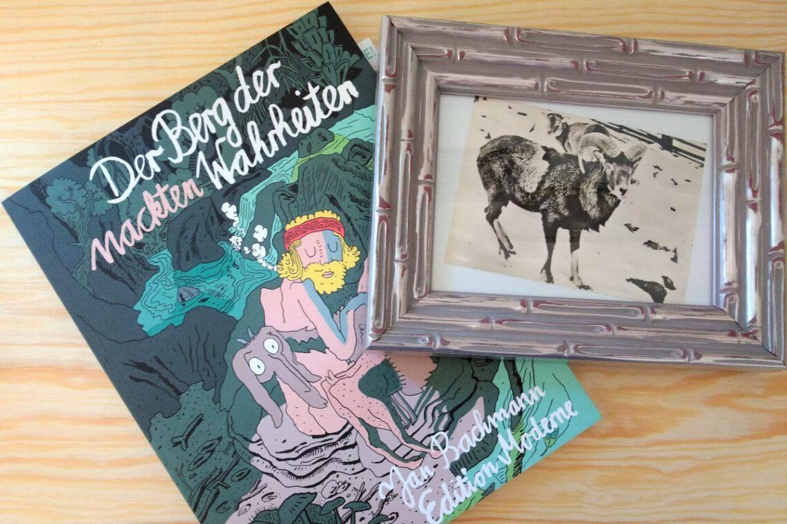 Comic, daneben ein silberner Bilderrahmen mit einem Schwarzweiß-Bild eines Ziegenbocks