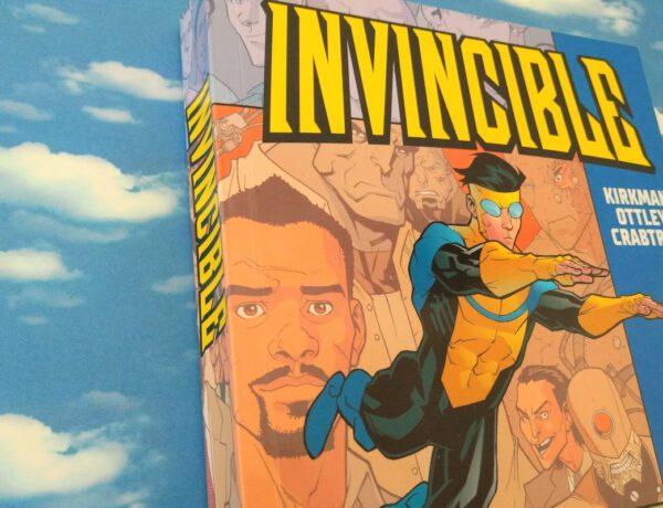 Comic vor einem Wolkenhimmelhintergrund auf dem Cover ein fliegender Superheld