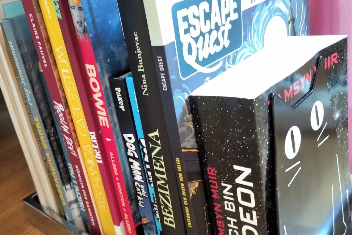Mehrere Bücher und Comics nebeneinander