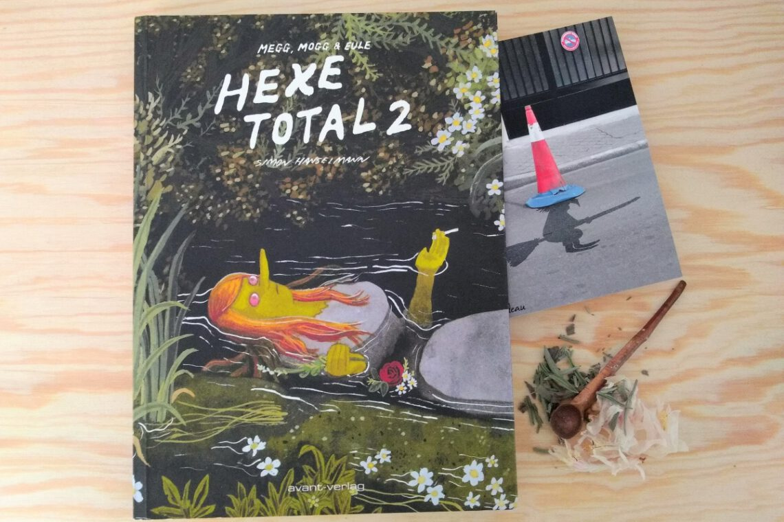 Comic daneben eine Postkarte mit einer Hexe und etwas Kräuter