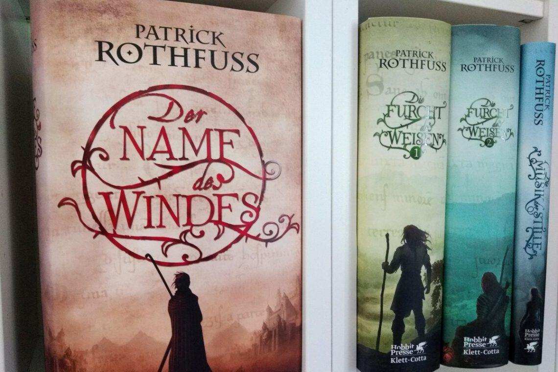 Alle Hardcoverbände von Patrick Rothfuss nebeneinander im Regal