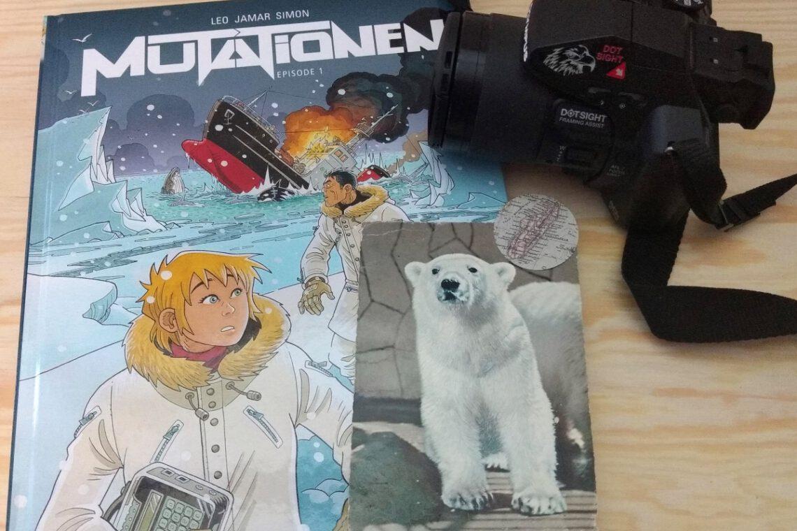 Comic mit einer Frau und einem Mann im Packeis daneben eine Kamera und eine Postkarte mit Eisbär