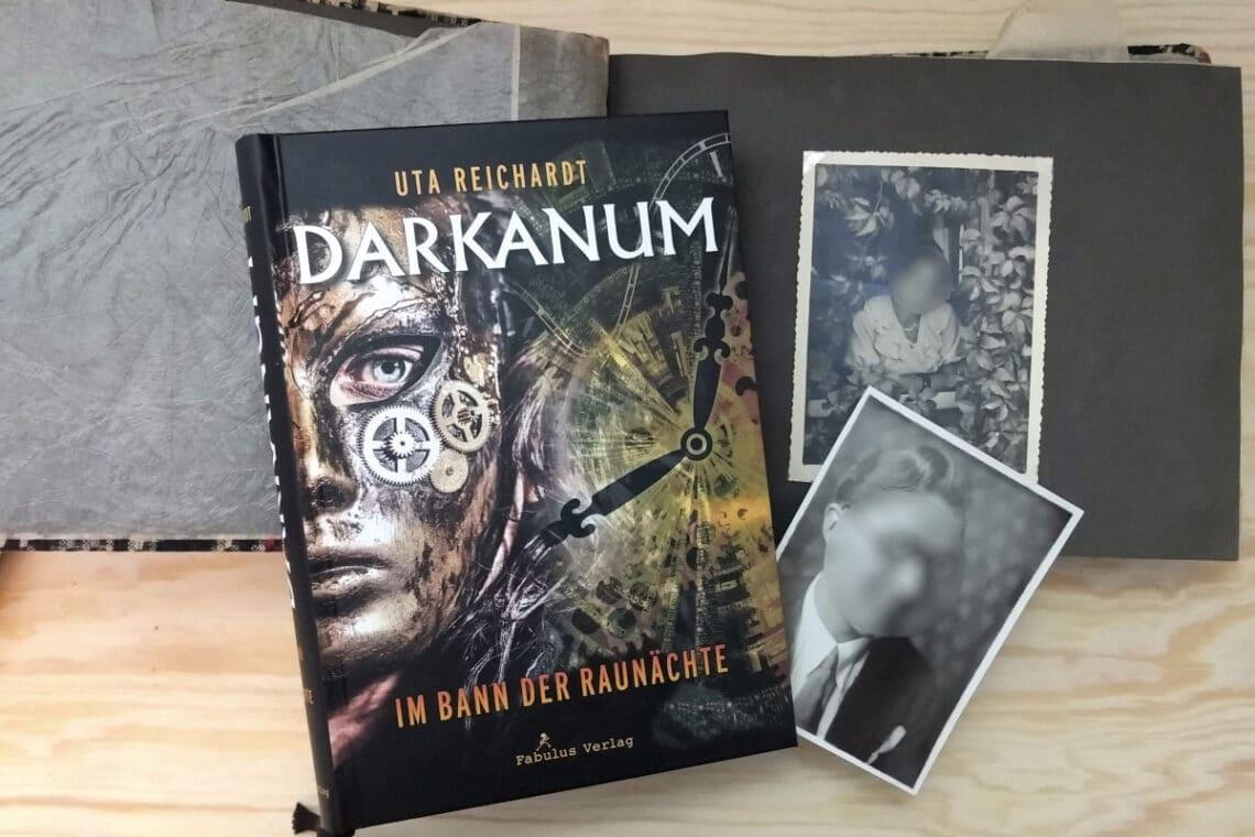 Buch liegt auf einem alten Fotoalbum und schwarz-weißen Fotos