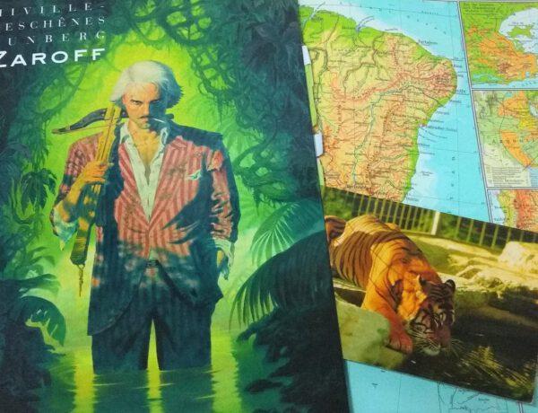 Comic zeigt einen Mann mit Waffe vor einem grünen Dschungelhintergrund, der Band liegt auf einem aufgeschlagenen Atlas
