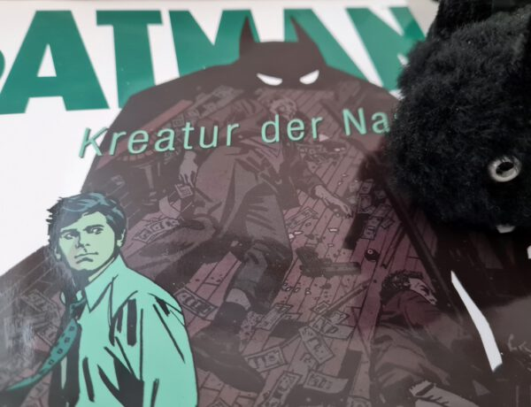 Batman-Cover und in der Ecke oben der Kopf einer Plüschfledermaus