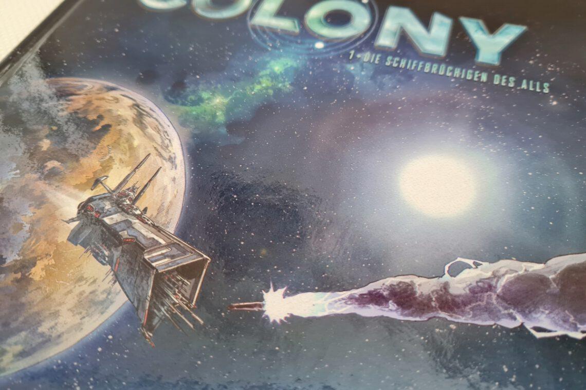 Teil des Covers in blau darauf ein Raumschiff, das beschossen wird vor einem Planeten
