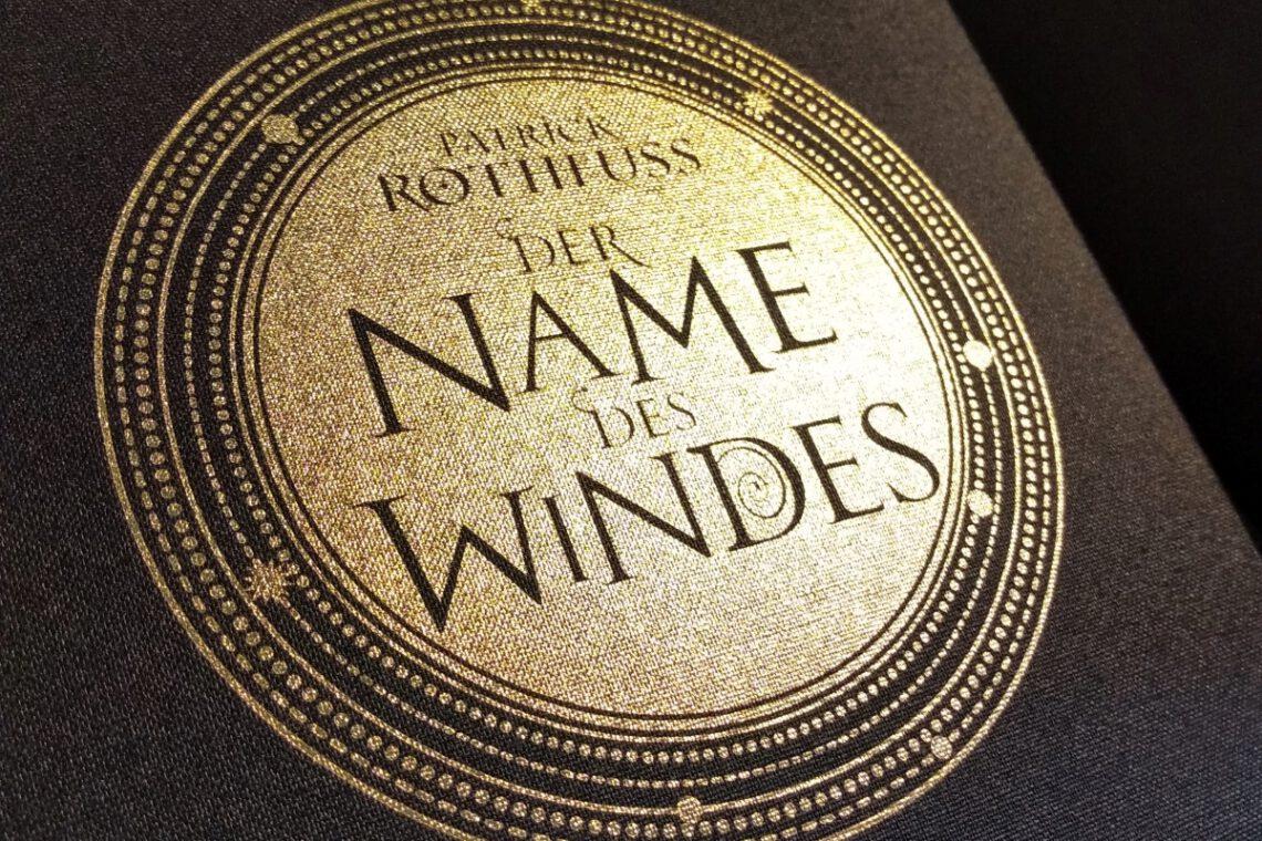 Nahaufnahme des Coveremblems von Der Name des Windes