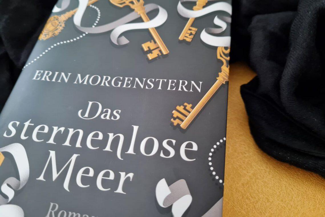 Buch liegt auf goldenem und schwarzem Hintergrund