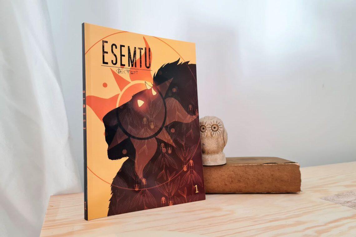 Comic mit einem Löwenkopf auf dem Cover, daneben eine Stein-Eule